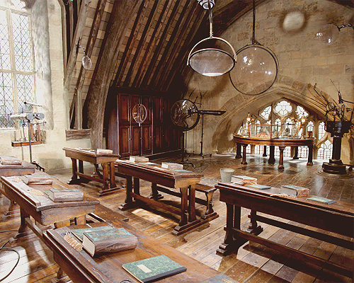Cours n°1 ♦ Welcome to the Past Hogwarts-classroom